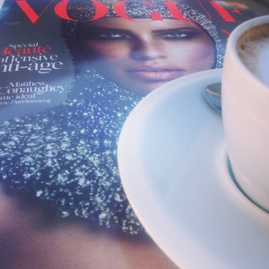 Le Novembre Paris Vogue avec un cafe