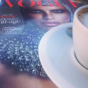 Le Novembre Paris Vogue avec un cafe